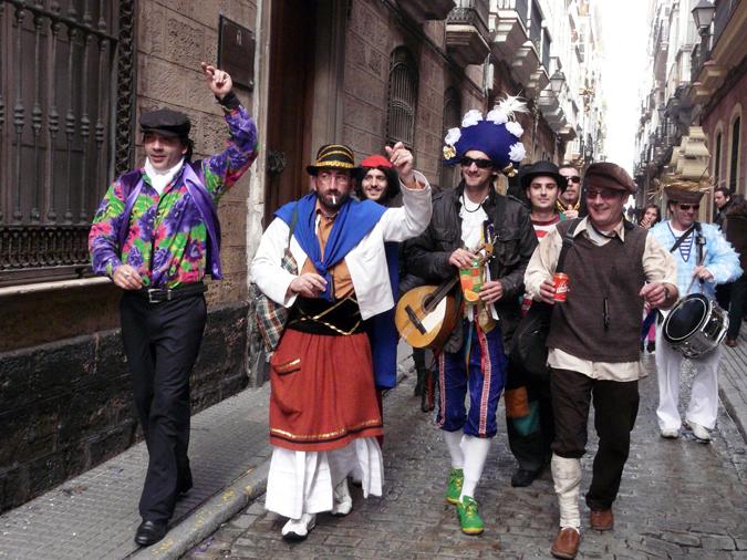 The chirigota walking through the Old City of Cádiz.
